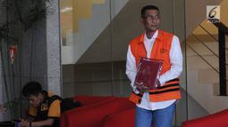 Bupati Kudus Muhammad Tamzil (kanan) usai menjalani pemeriksaan oleh penyidik di Gedung KPK, Jakarta, Rabu (21/8/2019). Muhammad Tamzil diperiksa sebagai tersangka terkait dugaan suap pengisian jabatan perangkat daerah Kabupaten Kudus tahun 2019. (merdeka.com/Dwi Narwoko)