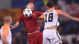Pemain AS Roma, Edin Dzeko berebut bola dengan pemain Shakhtar Donetsk, Ivan Ordets pada leg kedua 16 besar Liga Champions 2017-2018  di Stadion Olimpico, Rabu (14/3). AS Roma melaju ke perempatfinal usai menang 1-0. (Filippo MONTEFORTE/AFP)