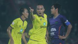 Striker Persik Kediri, Wimba Sutan, merayakan gol yang dicetaknya ke gawang Persita Tangerang pada laga final Liga 2 di Stadion Kapten I Wayan Dipta, Bali, Senin (25/11), Persik menang 3-2 atas Persita. (Bola.com/Gatot Susetyo)