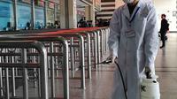 Petugas menyemprotkan cairan disinfektan di Stasiun Kereta Api Yingtan di Nanchang di Provinsi Jiangxi Tengah, China (22/1/2020). Pemerintah China pada Kamis (23/1/2020) telah menutup Kota Wuhan berpenduduk lebih dari 11 juta orang dan pusat penyebaran virus corona. (AFP Photo/STR)