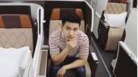 Rius Vernandez di pesawat Oman Air. (dok.Instagram @rius.vernandez/https://www.instagram.com/p/BvvMiuAHb1V/Henry