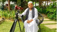Menengok kebelakang, Arifin Ilham menikah pertama kali dengan Wahyuniati Al Wali. Pernikahan yang dibangun sejak 28 April 1998 itu, dikaruniai tiga orang anak Muhammad Alvin Faiz, Ammar Muhammad Dzikra dan Muhammad Abbas. (Instagram/kh_m_arifin_ilham)
