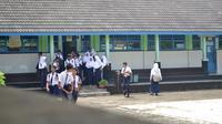 Siswa di SMP Negeri 3 Gandrungmangu, Cilacap seusai USBN. (Foto: Liputan6.com/Muhamad Ridlo)