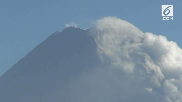 Status gunung Merapi yang meningkat dari normal menjadi waspada ditanggapi dingin oleh warga. Mereka justru meninggalkan pengungsian dan beraktifitas seperti biasa.