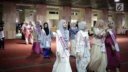 Peserta Puteri Muslimah Asia 2018 saat tour Mesjid Istiqlal, Jakarta, Kamis (3/4). Kontes kecantikan muslimah Asia ini diikuti 6 negara, di antaranya Turki, Malaysia, Singapura, Brunei, Timor Leste dan Indonesia.  (Liputan6.com/Faizal Fanani)