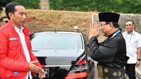 Ketua Umum Pengurus Besar Ikatan Pencak Silat Indonesia (IPSI) Prabowo Subianto (kanan) memberi hormat kepada Presiden Joko Widodo (kiri) saat akan menyaksikan pencak silat Asian Games 2018 di Jakarta, Rabu (29/8). (Liputan6.com/HO/Biro Pers Setpres)