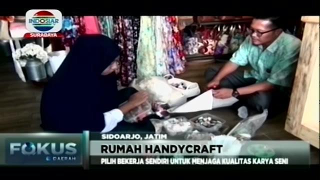 Berawal dari hobi dan ketelatenan, ibu rumah tangga hasil Sidoarjo, Jawa Timur ini hasilkan pululuhan karya jenis handycraft.