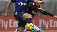 Pemain Lazio, Lucas Leiva berebut bola dengan pemain AC Milan,  Nikola Kalinic pada pertandingan pertama semifinal Coppa Italia di San Siro, Rabu (31/1). Tak ada gol yang tercipta pada leg pertama antara AC Milan dan Lazio. (AP/Antonio Calanni)