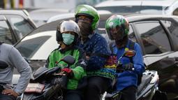 Pengendara sepeda motor mengenakan masker saat berkendara di Jakarta, Kamis (4/7/2019). Warga disarankan menggunakan masker saat berangkat kerja atau beraktivitas di luar ruangan akibat kualitas udara Jakarta yang buruk. (merdeka.com/Imam Buhori)