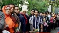 Warga yang datang di hari Minggu ini kebanyakan warga Jombang yang bekerja di luar kota.