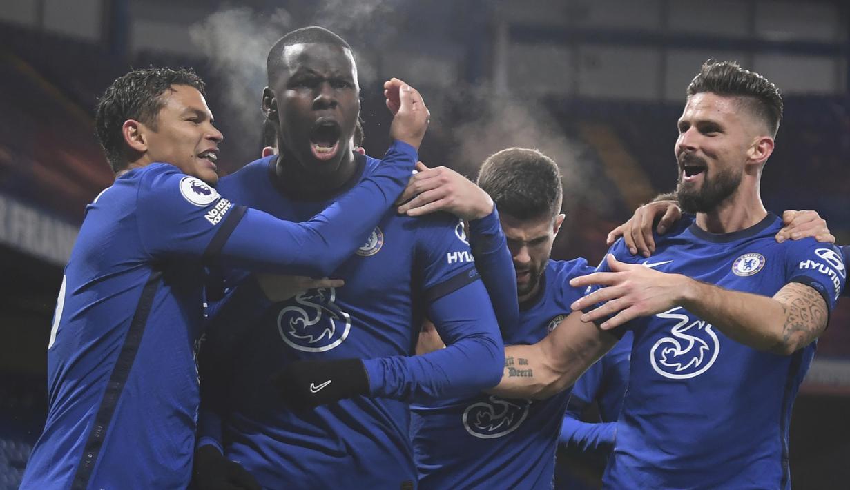 Bek Chelsea, Kurt Zouma (kedua dari kiri), melakukan selebrasi bersama rekan-rekannya usai mencetak gol kedua Chelsea ke gawang Leeds United dalam laga lanjutan Liga Inggris pekan ke-11 di Stamford Bridge, London, Sabtu (5/12/2020). Chelsea menang 3-1 atas Leeds United. (Pool via AP/Mike Hewitt)