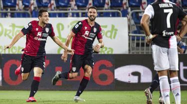 Pemain Cagliari, Luca Gagliano, melakukan selebrasi usai membobol gawang Juventus pada laga Serie A di Stadion Sardegna, Rabu (29/7/2020). Cagliari menang 2-0 atas Juventus. (Alessandro Tocco/Lapresse via AP)