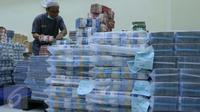 Petugas tengah mengepakan mata uang rupiah di kantor Cash BNI, Jakarta, Jumat (17/6). BNI Layanan Gerak disiapkan disepanjang jalur mudik yang belum memiliki ATM agar kebutuhan transaksi masyarakat tetap terpenuhi. (Liputan6.com/ Angga Yuniar)