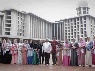 Kepala Protokol Masjid Istiqlal, Abu Hurairah, Corporate Secretary SCM Gilang Iskandar berpose bersama peserta Puteri Muslimah Asia 2018 saat tour Mesjid Istiqlal, Jakarta, Kamis (3/4). (Liputan6.com/Faizal Fanani)