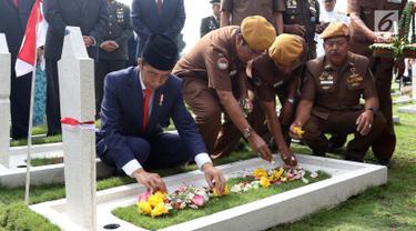 Presiden Joko Widodo bersama para veteran menabur bunga di TMP Cikutra, Bandung, Sabtu (10/11). Kegiatan ini dilakukan dalam peringatan Hari Pahlawan Nasional 2018. (Liputan6.com/Angga Yuniar)