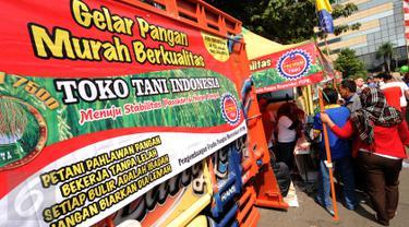 Warga memadati stand yang menjual beras murah saat Gelar Pangan Murah Berkualitas yang digelar di area CFD Jakarta, Minggu (8/5/2016). 100 ton beras dijual dengan harga Rp 7.500 per kg di 10 lokasi di Jakarta. (Liputan6.com/Helmi Fithriansyah)