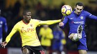 Aksi pemain Watford, Abdoulaye Doucoure (kiri) membayangi pemain pergerakan pemain Chelsea, Davide Zappacosta pada lanjutan Premier League di Vicarage Road stadium, London, (5/2/2018). Chelsea kalah 1-4. (AP/Frank Augstein)