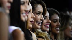 Kontestan berpose saat latihan untuk kontes kecantikan Miss Venezuela 2019 di Caracas, Venezuela (30/7/2019). Di 2019, untuk pertama kalinya Miss Venezuela tidak akan menyebutkan ukuran pinggang, pinggul dan dada para kandidat untuk menghindari stereotip gender perempuan. (AFP Photo/Federico Parra)