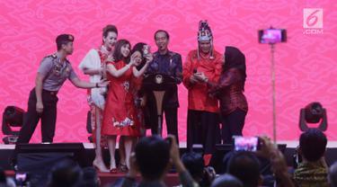 Presiden Joko Widodo atau Jokowi foto bersama saat menghadiri Perayaan Imlek Nasional 2019 di JI Expo Kemayoran, Jakarta, Kamis (7/2). Perayaan Imlek Nasional 2019 mengangkat tema 'Merajut Kebhinekaan Memperkokoh Persatuan'. (Liputan6.com/HO/Ran)