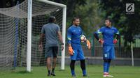 Dua penjaga gawang Timnas Indonesia U-23, Andritany (tengah) dan Awan Setho saat latihan di Lapangan A Kompleks GBK, Jakarta, Rabu (25/4). Latihan ini persiapan jelang laga PSSI Anniversary Cup dan Asian Games 2018. (Liputan6.com/Helmi Fithriansyah)