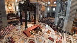 Suasana prosesi Jumat Agung memperingati penyiksaan Yesus sebelum disalibkan di Basilika Santo Petrus, Vatikan, Jumat (19/4). (Tiziana Fabi/Pool Photo via AP)