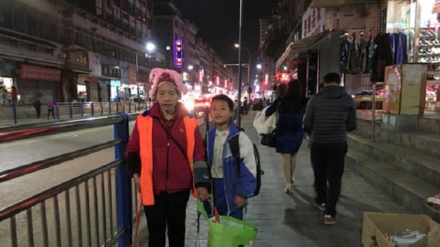 Bantu Ibunya yang Jadi Penyapu Jalan, Aksi Bocah Ini Dipuji Warganet