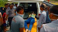 Petugas mengevakuasi korban pembunuhan pakai cangkul di Kandis, Siak. (Liputan6.com/Dok Polres Siak/M Syukur)