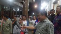 Bupati Garut Rudy Gunawan menyalami para korban selamat banjir bandang Sentani asal Garut(Www.sulawesita.com)
