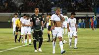 Skuat Persebaya gontai setelah kalah 1-4 dari Persib di Stadion I Wayan Dipta, Gianyar (18/10/2019). (Bola.com/Aditya Wany)