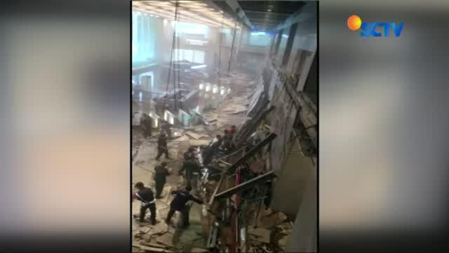 Robohnya balkon Tower II Gedung Bursa Efek Indonesia diduga karena beban berat hingga mengakibatkan penggantung balkon lepas.