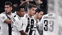 Selebrasi gol pertama Cristiano Ronaldo kemenangan pada leg kedua laga perempat final Liga Champions yang berlangsung di Stadon Allianz, Turin, Rabu (17/4). Juventus kalah 1-2 Kontra Ajax. (AFP/Filippo Monteforte)
