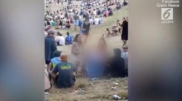 Seorang gadis yang sedang berjalan di sebuah pantai di Selandia Baru terkena pelecehan seksual. Sang gadis saat kejadian hanya tutupi payudaranya denga glitter.
