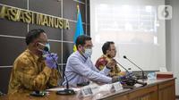 Wakil Ketua Komnas HAM Amiruddin (tengah) bersama Komisioner Komnas HAM Choirul Anam (kiri) memberikan kesimpulan atau rekomendasi terkait insiden tewasnya enam laskar FPI di Gedung Komnas HAM, Jakarta, Senin (28/12/2020). (Liputan6.com/Faizal Fanani)