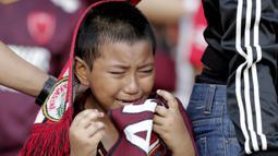 Putra Daeng Uki, Jayalah PSM, menangis saat PSM Makassar takluk dari Persija Jakarta pada laga final Piala Indonesia di SUGBK, Minggu (21/7). Persija menang 1-0 atas PSM.  (Bola.com/M Iqbal Ichsan)