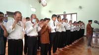 Perayaan hari uang dengan memakai baju tradisional di kantor Pelayanan pajak (KPP) Pratama Jember Jawa Timur, mendadak berubah menjadi hari berkabung. (Liputan6.com/ Dian Kurniawan)