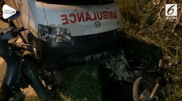 Sebuah ambulans yang akan menjemput jenazah yang akan dibawa ke pemakaman tak bisa melanjutkan tugasnya karena tertabrak truk di perjalanan.