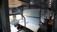 Petugas memeriksa gerbong kereta api yang disiapkan untuk menjadi pusat perawatan pasien Covid-19, saat Ibu Kota India berjuang menahan lonjakan kasus virus corona, di New Delhi, Rabu (1/7/2020). New Delhi menjadi kota dengan penularan paling parah di India, diikuti Mumbai. (AP Photo/Manish Swarup)