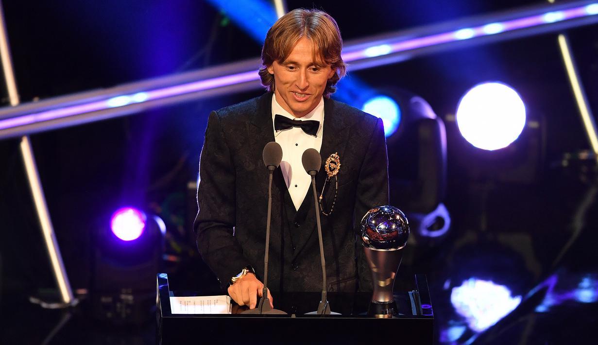 Pemain Real Madrid asal Kroasia, Luka Modric, menerima trofi Pemain Terbaik FIFA 2018 di London, Senin (24/9/2018). Dirinya mampu mematahkan dominasi Cristiano Ronaldo dan Lionel Messi. (AFP/Ben Stansall)