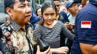 Jessica Kumala Wongso, tersangka kasus pembunuhan Wayan Mirna Salihin, tiba di Rumah Tahanan (Rutan) Pondok Bambu, Jakarta Timur, Jumat (27/5). Selama dua puluh hari ke depan, Jessica akan dititipkan disana. (Liputan6.com/Yoppy Renato)