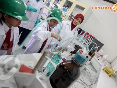 Sejumlah pelajar mengikuti Water and Earth Festival 2014 di Jakarta, Selasa (22/4/14). (Liputan6.com/Faizal Fanani)