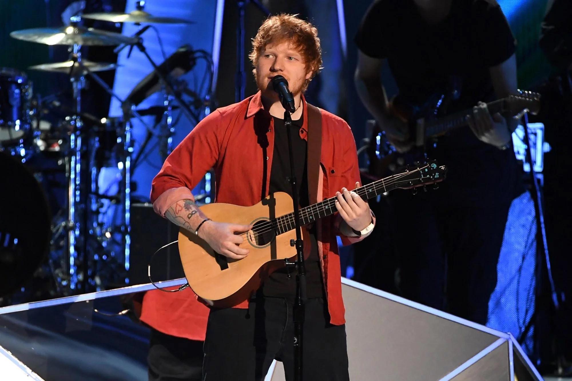 Ed Sheeran saat tampil dalam MTV VMA 2017 (Entertainment Weekly/ Kevin Winter/Getty Images)