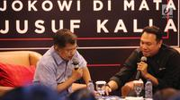 Wapres Jusuf Kalla melihat foto-foto pada acara dialog komunitas Kamis Kerja, Jakarta, Kamis (21/3). Wapres Jusuf Kalla dan kaum muda milenial menghadiri dialog bertemakan Jokowi di Mata Sahabat: Jokowi di Mata Jusuf Kalla. (Liputan6.com/Fery Pradolo)