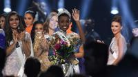 Miss Afrika Selatan, Zozibini Tunzi, melambaikan tangan seusai dinobatkan menjadi Miss Universe 2019 pada malam final di Tyler Perry Studios, Atlanta, Minggu (8/12/2019). Zozibini Tunzi, 26, dinobatkan menjadi Miss Universe 2019 menyisihkan 89 kontestan dari berbagai negara. (VALERIE MACON / AFP)