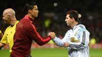 Striker Portugal, Cristiano Ronaldo, berjabat tangan dengan striker Argentina, Lionel Messi, pada laga persahabatan di Stadion Old Trafford, (18/11/2014). (AFP/Paul Ellis)