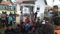 Sebuah perahu yang mengangkut puluhan pengungsi Rohingya dikabarkan terdampar di Pantai Kuala Idi, Kabupaten Aceh Timur. (Liputan6.com/ Rino Abonita)