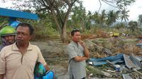 Warga memandangi lokasi likuefaksi atau tanah bergerak di Palu, Sulawesi Tengah. (Liputan6.com/Nanda Perdana Putra)
