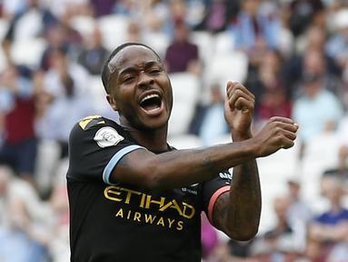 Gelandang Manchester City, Raheem Sterling, merayakan gol yang dicetaknya ke gawang West Ham pada laga Premier League di Stadion London, London, Sabtu (10/8). West Ham kalah 0-5 dari City. (AFP/Ian Kington)