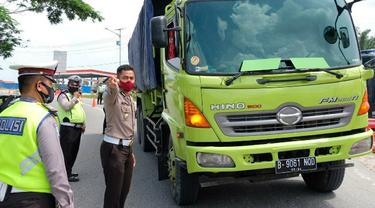 Pemeriksaan kendaraan di perbatasan Riau oleh polisi.