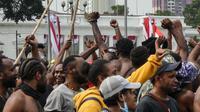 Warga Papua mengambil bagian dalam demonstrasi di depan istana kepresidenan di Jakarta pada 28 Agustus 2019. (AFP Photo/Bay Ismoyo)