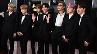 Boyband Korea Selatan, Bangtan Boys alias BTS saat hadir perdana pada perhelatan Grammy Awards 2019 di Staples Center, Los Angeles, Minggu (10/2). Member BTS tampil matching memakai tuksedo hitam, gaya klasik ala Amerika. (Jordan Strauss/Invision/AP)
